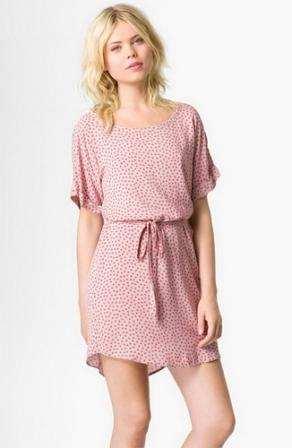 девушка в розовом ситцевом платье